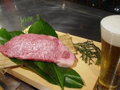 ステーキハウス神楽様 お肉と樽生ビール.JPG